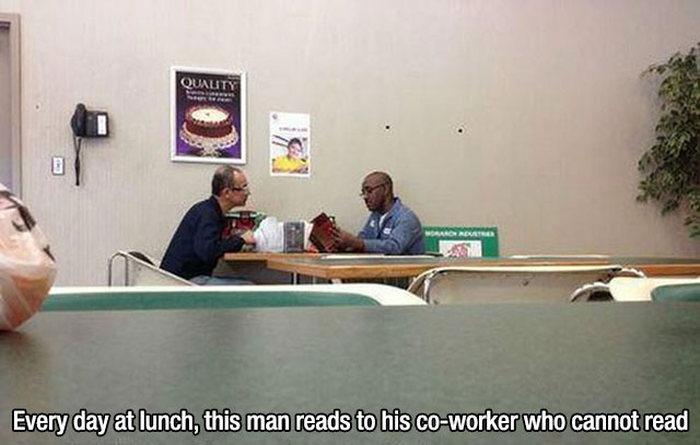 hombre le leee el menú a su amigo que ya no puede leer