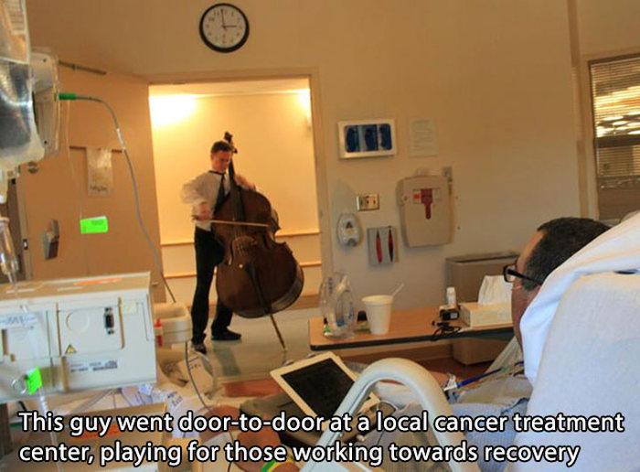 hombre va uy toca musica a los enfermos de cancer