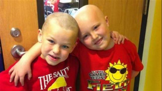 niño que se rapo para estar igual que su amigo con cáncer
