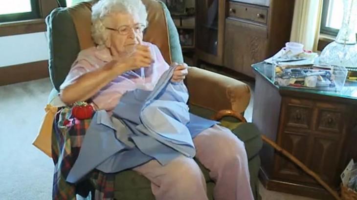 esta viejita de 99 años hace un vestido diario para las niñas de africa