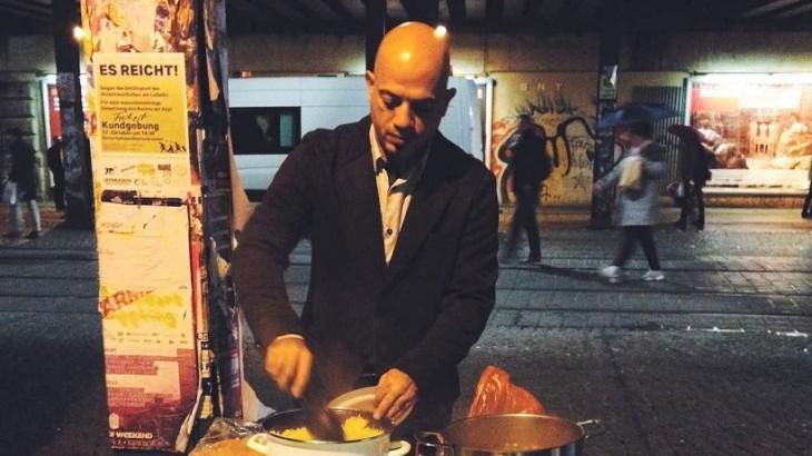 hombre sirio prepara comida para los sin hogar alemanas