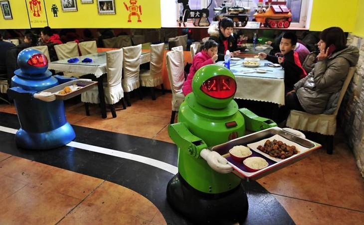 robots te sirven la comida en un restaurante coreano