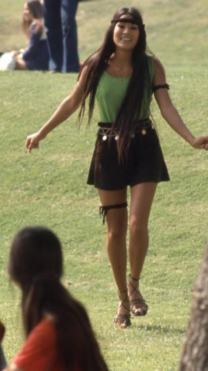 chica de la secuendaria en california, época Hippie