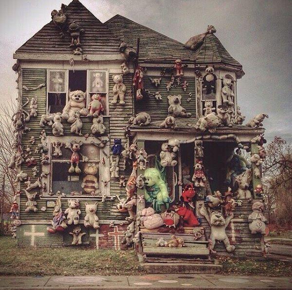 Esta es una casa abandonada en la ciudad de Detroit la gente la comenzó a llenar de peluches pero aún así se ve espeluznante
