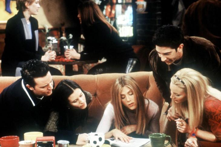 escena de friends en el centraql perk buscando chistes