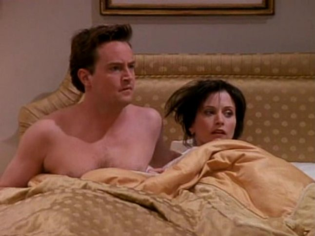 CHandler y monica en la cama