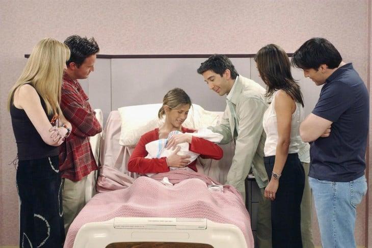 rachel con emma recién nacida