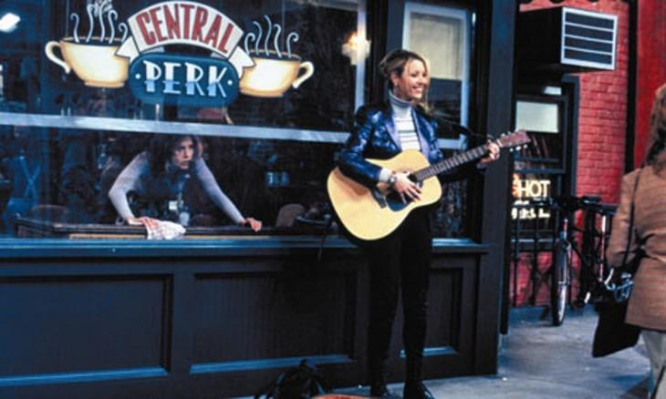 escena donde phobe toca la guitarra afuera del central perk y le comienzan a dar dinero