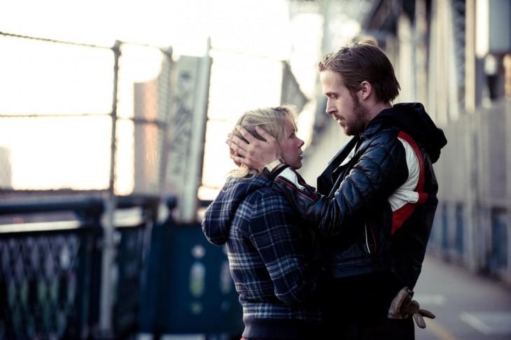 pareja de mi blue valentine dandose un abrazo poco fraternal
