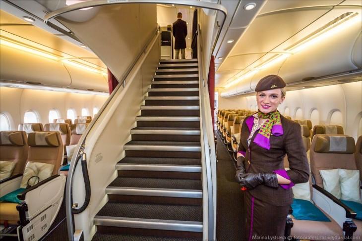 aeromosa en el avión A380 cerca de las escaleras