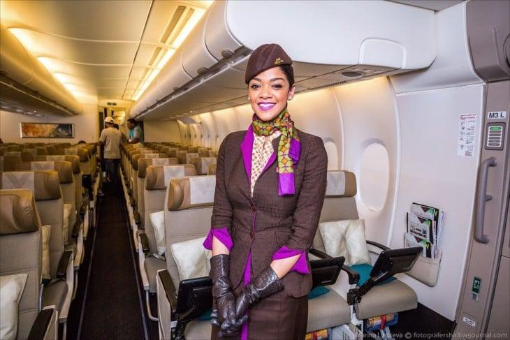 Azafata dentro del airbus A380 en los Emiratos Árabes