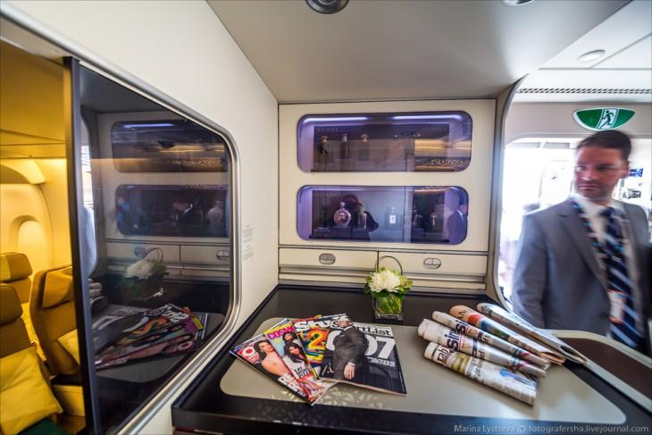 planta baja del avión A380 en los Emiratos Árabes donde cuentan con una tienda de perfumes y prensa escrita