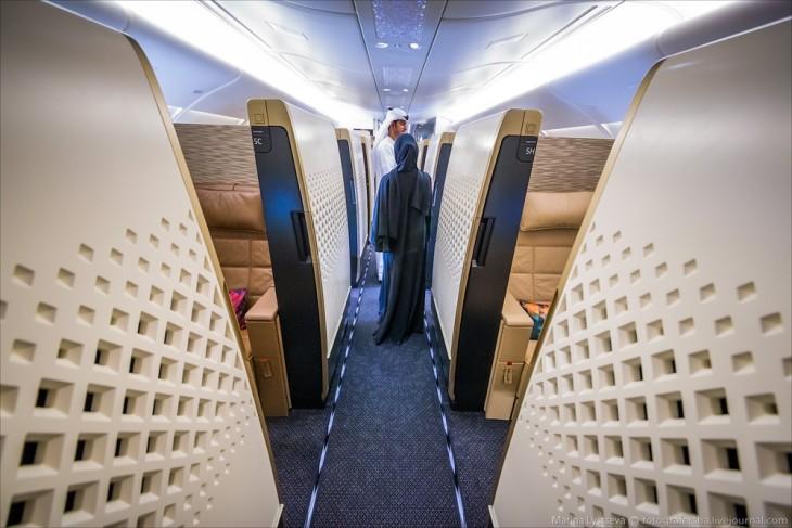 Dos personas en los pasillos del avión A380