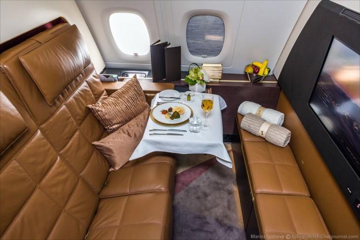 asientos con una mesa de comida en un avión