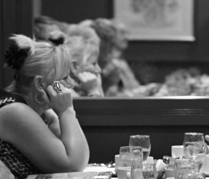 mujer sola en un restaurante