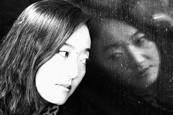 REFLEJO DE MUJER EN LA VENTANA AYUDA A LA REFLEXIÓN DEL CRISTAL,. INTERPRETACIÓN DE LAS EMOCIONES