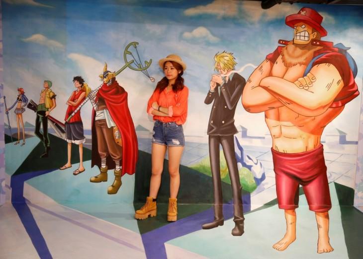 chica interactuando con arte interactivo del museo 3D en Hong Kong