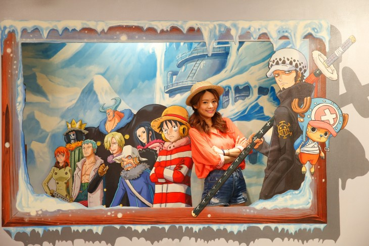 Chica interactuando con las obras One Piece en Hong Kong