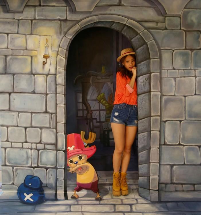chica en una obra de arte interactiva One Piece en el museo 3D en Hong Kong