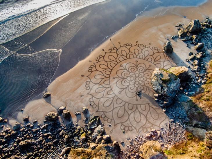 figuras cerca de rocas en una playa de Estados Unidos por Andrés Amador