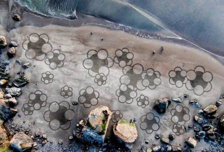 figuras formadas en la arena por parte de Andrés Amador