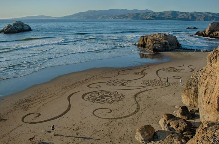Dibujos sobre la arena en una playa de Estados Unidos