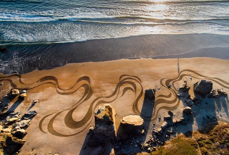 Lienzos sobre la arena de una playa a cargo de Andrés Amador