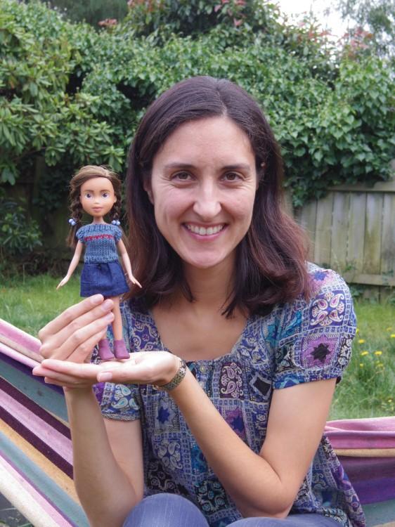 Sonia Singh con una de sus muñecas transformada