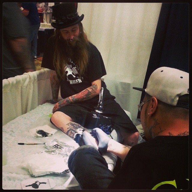 Este hombre nació sin brazos, aún así se convirtió en un reconocido tatuador profesional
