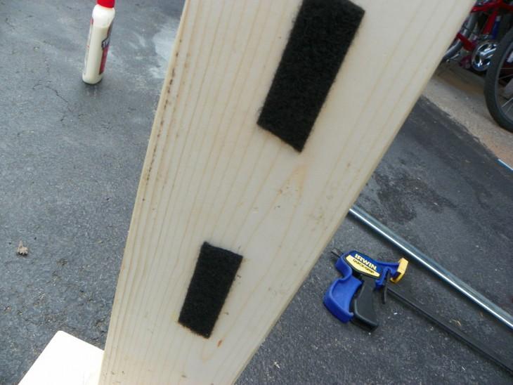 Pedazo de madera con tiras de velcro