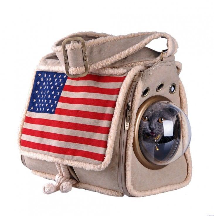gato dentro de una bolsa con la bandera de Estados Unidos