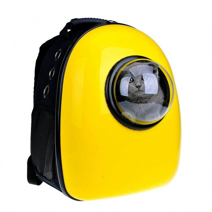 Gato dentro de una mochila transportadora de mascotas en color amarillo
