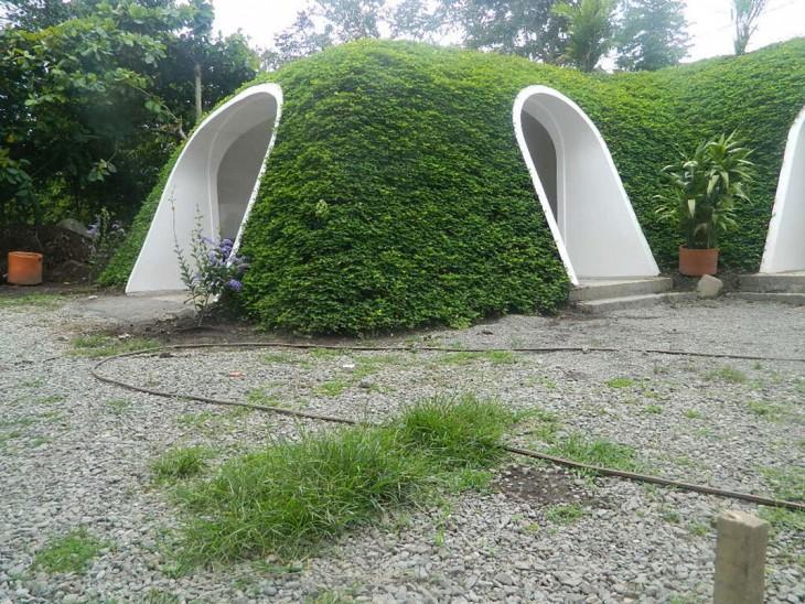 perspectiva por fuera de una casa prefabricada al estilo 'hobbit'