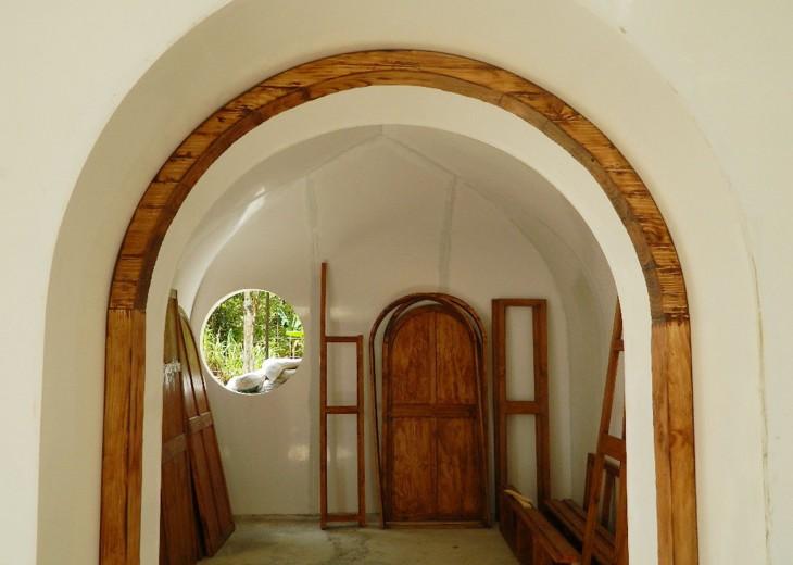 marcos de las puertas de una casa cubierta con madera