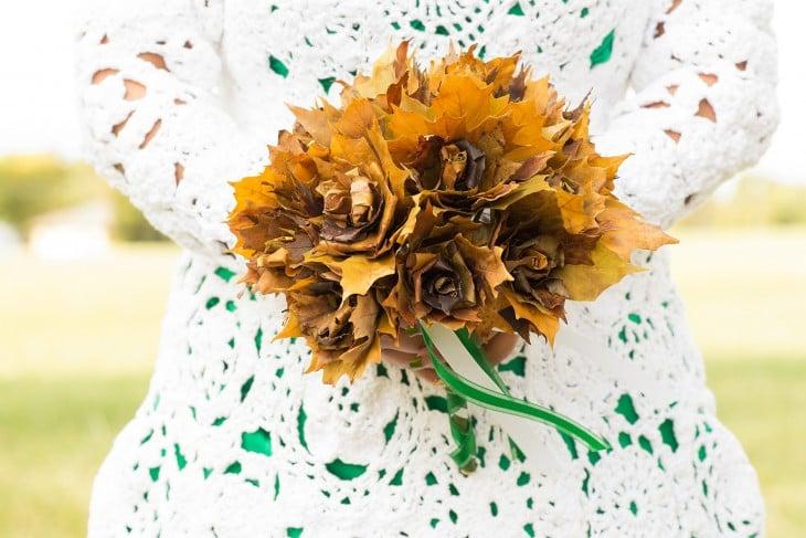 Adorno floral de una novia que lleva un vestido tejido