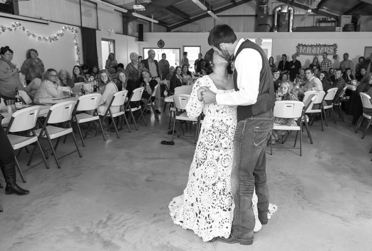 Pareja de esposos en su boda dándose un beso