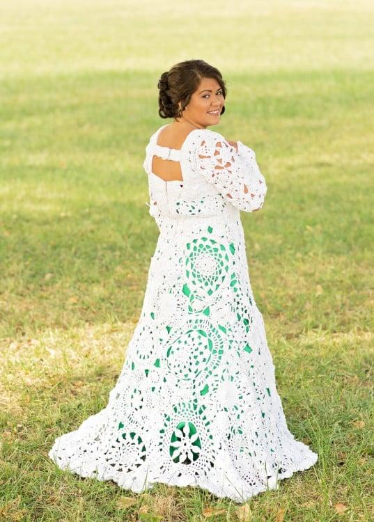 Abbey Ramírez Bodley luciendo un vestido tejido hecho por ella misma