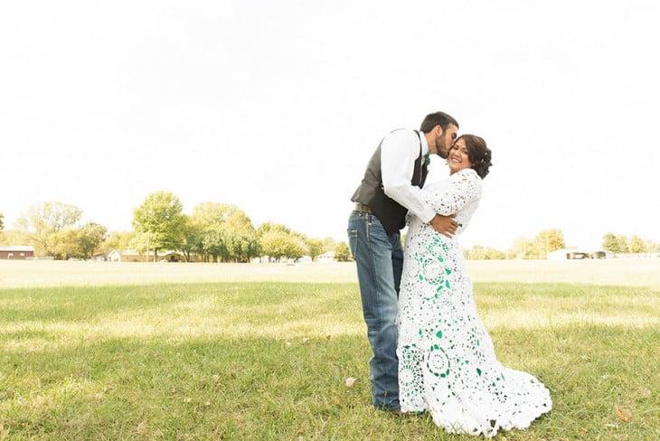 Chico dando un beso a su esposa con un vestido tejido por ella misma