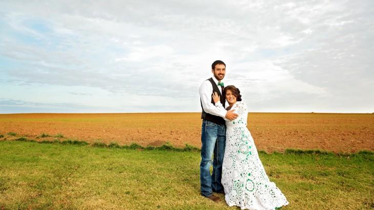 pareja de recién casados en un campo