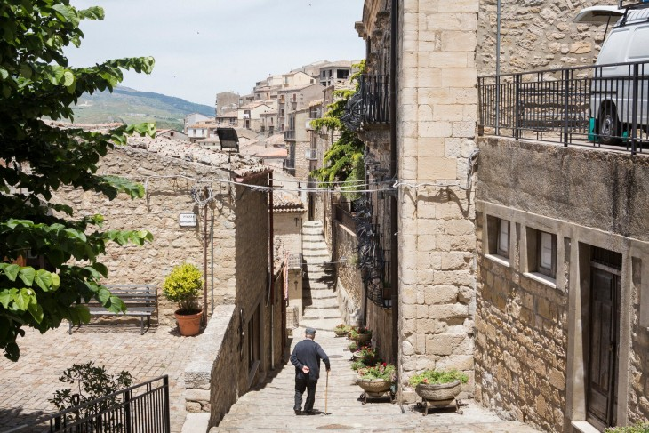 Hombre caminando por una de las calles de Gangi en Sicilia