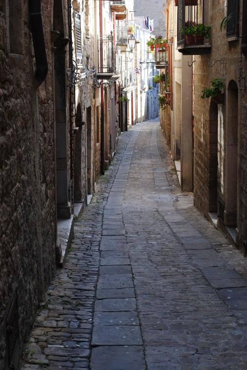 Callejón en la ciudad Gangi en Sicilia