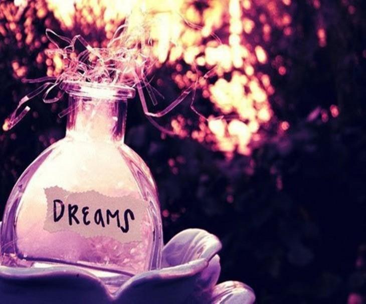 """frasco transparente con un papel que dice """"Dreams"""""""