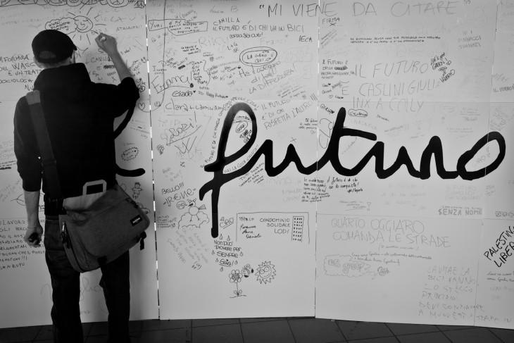 chico escribiendo sus planes en un mural blanco