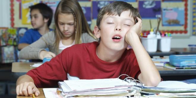 gif de un niño en el salón de clases dormido