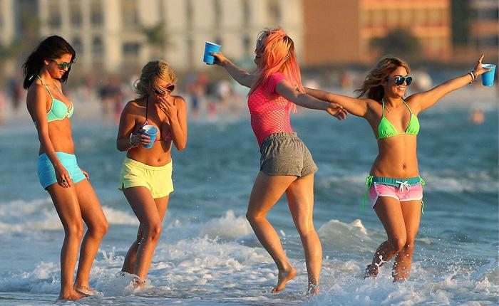 Cuatro chicas en la playa