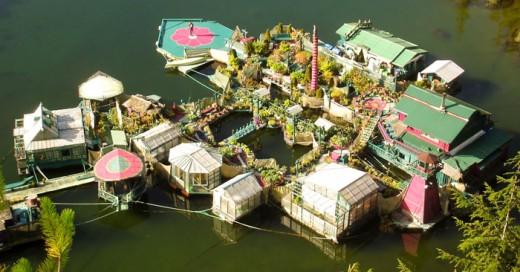 Wayne Adams y Catherine King son una pareja canadiense de 66 y 59 años respectivamente que pasó 20 años construyendo una isla flotante
