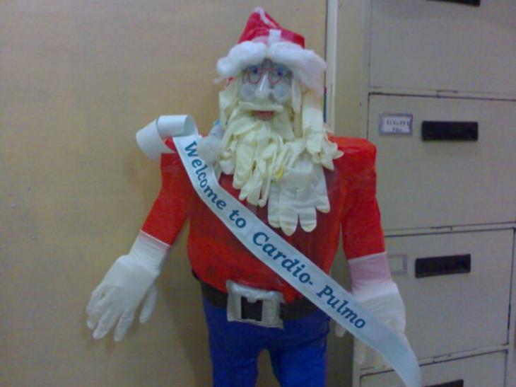 Santa claus decorado con guantes de látex