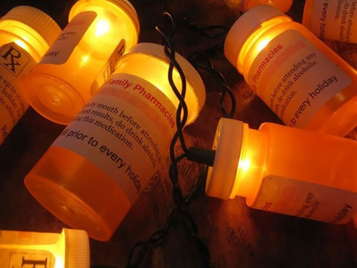 luces navideñas decoradas con frascos de pastillas