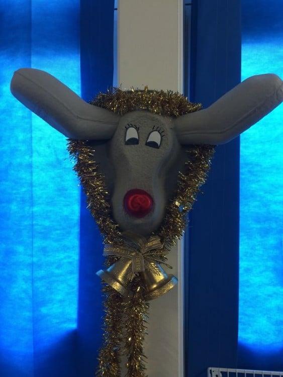 """Cómodo de hospital decorado como Rodolfo """"el reno"""""""