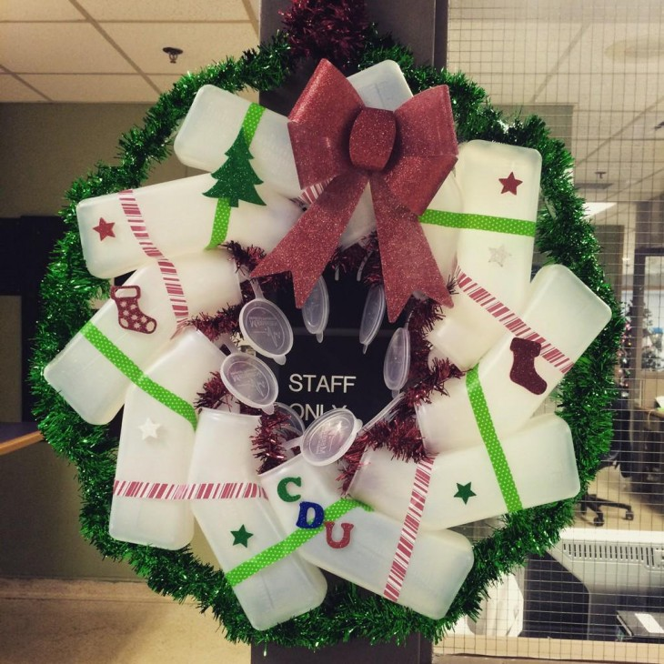 guirnalda navideña decorada con urinarios de hospital
